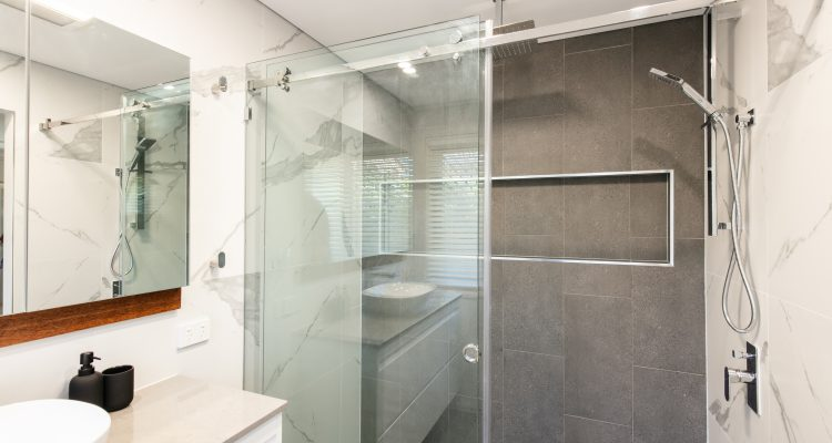 The shelving inset into the wall of the shower area is a must for increased functionality of any bathroom, but also gives a stylish and modern finish for this ensuite.